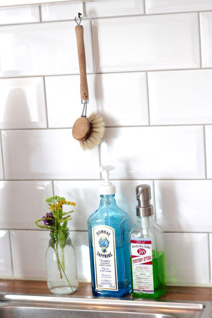 Old bottles-Soap-Pump. Fast, easy and environmentally friendly. Translate from Swedish// Återanvänd fina glasflaskor och gör tvål-diskmedelspumpar av dessa. Använd delar av gamla tvålpumpar. Snabbt, enkelt och miljövänligt och billigt och kan dessutom även användas till diskmedlet! I like it!