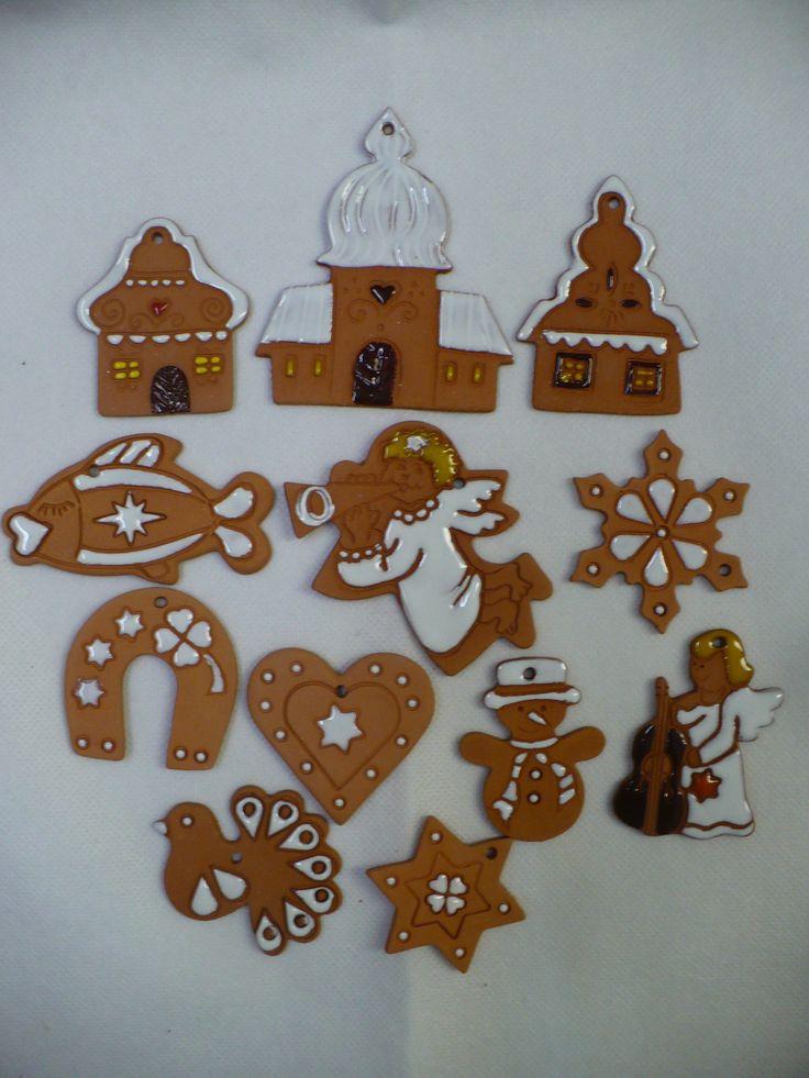 Sada+vánočních+ozdob+terracota+č.+1+Sada+12-ti+kusů+vánočních+ozdob+z+červené+hlíny,+zdobeno+glazurami+kostelík,+chaloupka,+špičatá+chaloupka,+sněhulák,+vločka,2x+anděl,+podkova,+srdíčko,+hvězda,+kapřík+největšíje+kostelík+a+měří9,5x8cm