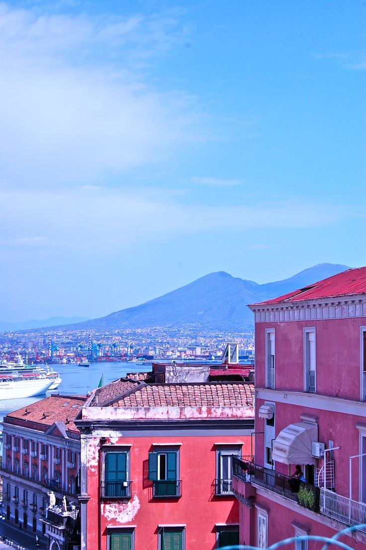 """Napoli """"Parto. Non dimenticherò né la via Toledo né tutti gli altri quartieri di Napoli; ai miei occhi è, senza nessun paragone, la città più bella dell'universo.  Stendhal, 1817"""""""