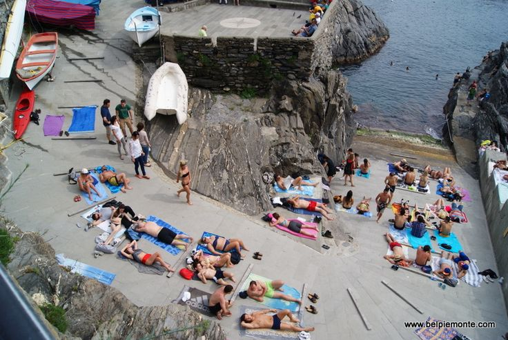 spiaggia - Italian beaches look sometimes a bit differnt. This is in Manarola, little town on the Ligurian cost.