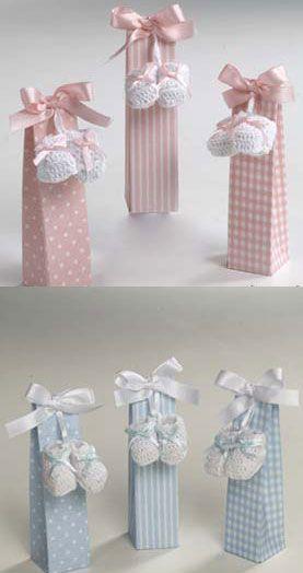 Cosas43, detalles y regalos para los invitados, boda, comunión y bautizo, regalos infantiles Par de botitas o patucos ganchillo, con peladillas [50-AB2510.2.3] - Detalles para bautizo, par de botitas o patucos ganchillo.Se presenta en alta con 5 peladillas de chocolate, lazo a tono y tarjeta personalizadaLas cajitas se sirven en tres modelos: topos, rayas y cuadritos. El precio es para la unidadMedida botitas: 3 x 4 cmMedidas cajita: 3,5 x 14 x 3,5