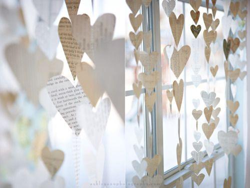 Hartjes geknipt uit oude boeken. Maak er prachtige slingers van voor het raam.
