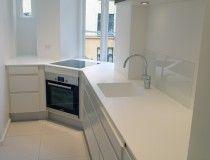 Køkken i hvidt med Avonite vask og bordplade