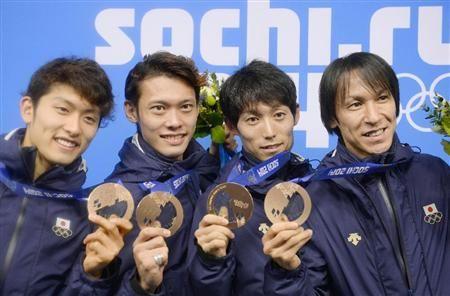 ジャンプ団体の銅メダルを掲げる(左から)清水礼留飛、竹内択、伊東大貴、葛西紀明=18日、ソチ(共同)
