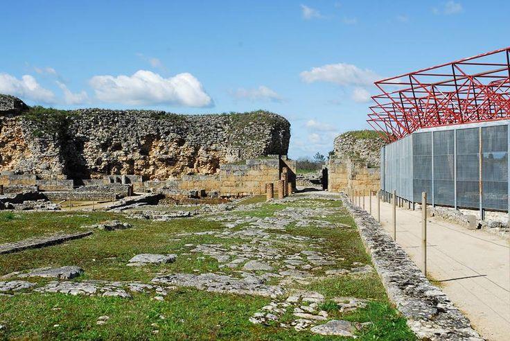 Conhecendo a geografia e a morfologia do lugar percebe-se porque os romanos a escolheram para capital de civitas e cidade viária.  Para quem vinha do norte ou das Beiras para qualquer terra do sul, passava obrigatoriamente por Conimbriga, tornando-a assim uma das cidades mais frequentadas da Lusitânia.