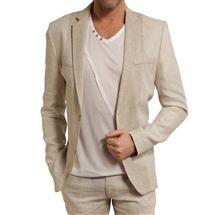 T-shirt col V blanc et veste en lin.