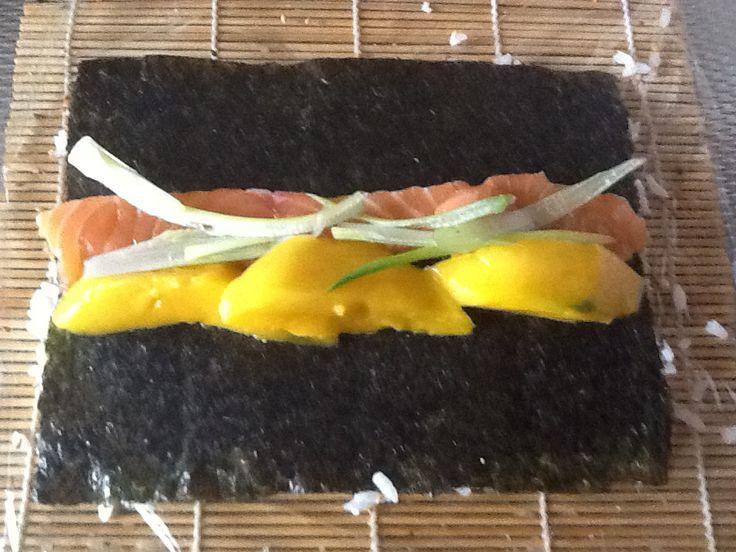Fresh Salmon sushi, verse zalm, mango met lente ui en mango saus
