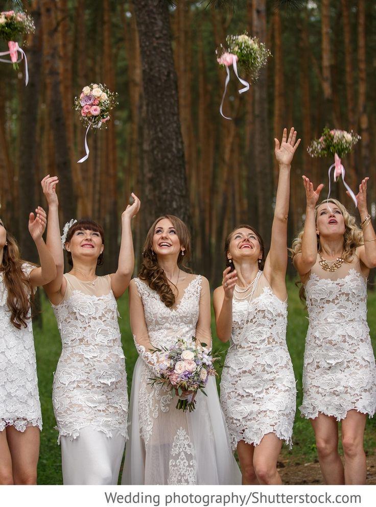 Brautjungfern in weißen Kleidern mit Spitze für russische Hochzeiten