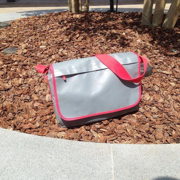 The Skimp Messenger bag is not afraid of the dirt. It is waterproof. #skimp #mesengerbag #fashion #work #outdoors #waterproof #durable