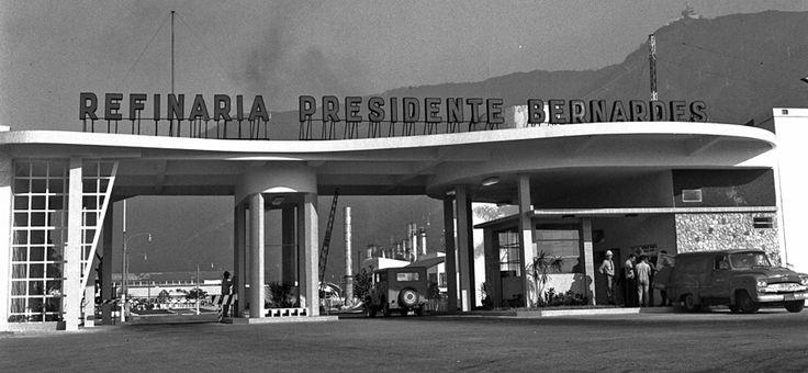 Entra em operação a Refinaria Presidente Bernardes, em Cubatão, SP, a primeira inaugurada pela Petrobras.1955