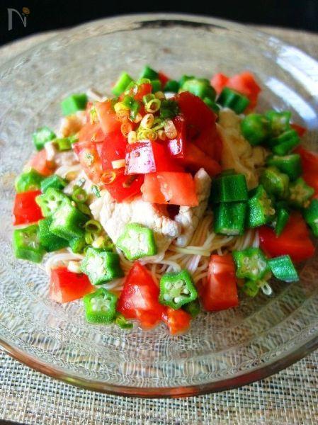 疲労回復効果のある豚肉や酢、ネバネバで肝機能を高めるオクラを使った、一皿で栄養満点の夏バテ解消レシピ。星型のオクラの緑にトマトの赤が映える、見た目も楽しいそうめんです♪