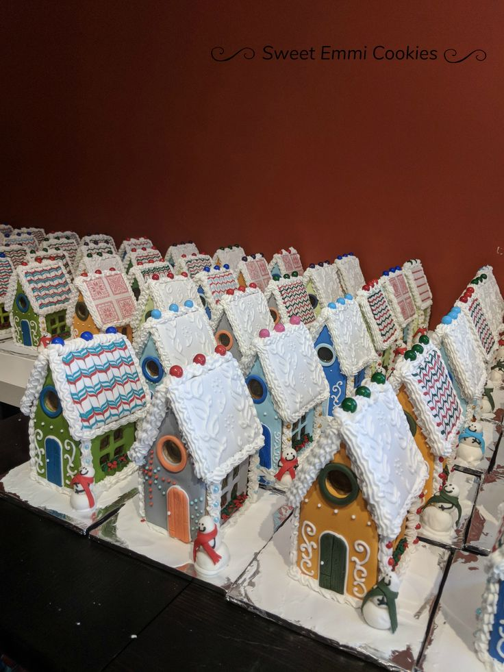 Mini gingerbread houses, assorted colors