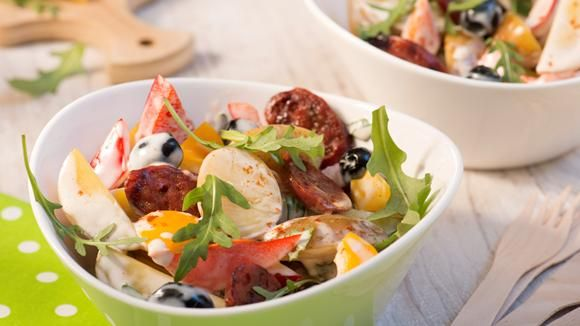 Wir finden die spanische Küche großartig! Fisch, Meeresfrüchte, Fleisch, aber auch Käse- und Wurstspezialitäten stehen hier täglich auf der Speisekarte. Wir machen Chorizo zum Star in unserem Kartoffelsalat! Probieren lohnt sich.