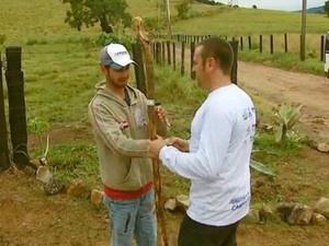 Agrônomo vai plantar 76 mudas de oliveiras até Aparecida do Norte, SP (Foto: Oscar Herculando/EPTV)