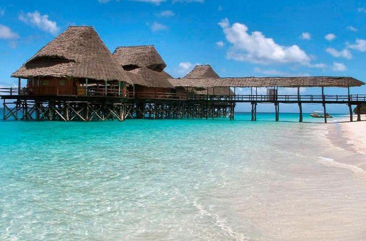 Het hotel is tegen een heuvel gebouwd, in terrassen die eindigen in de turquoise Indische oceaan. Volg de houten loopbrug naar de gezellige restaurants op de pier. Kijk! Daar duiken de kids net het zwembad in. Die zullen zo wel voor de snacks gaan. Zo fijn dat je met Diamonds' All Inclusive nergens over na hoeft te denken. Vanuit de bar speelt de live muziek. Morgen maar eens een massage boeken. Mét scrub. Maar het mooiste hier is ontwaken: dat doe je met uitzicht over die magisch mooie zee.