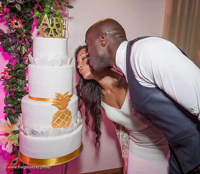 Mariage Afrikasia | La soirée - Wedding cake de folie, suspendus et tout en pineapple  réalisés par Cake en L'air de Géraldine Granzan.  | Crédit photo : www.TheGreatday.photo
