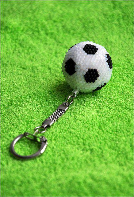 """Описание работы: плетение брелка """"Футбольный мяч"""" в технике ндебеле и мозаичного плетения."""