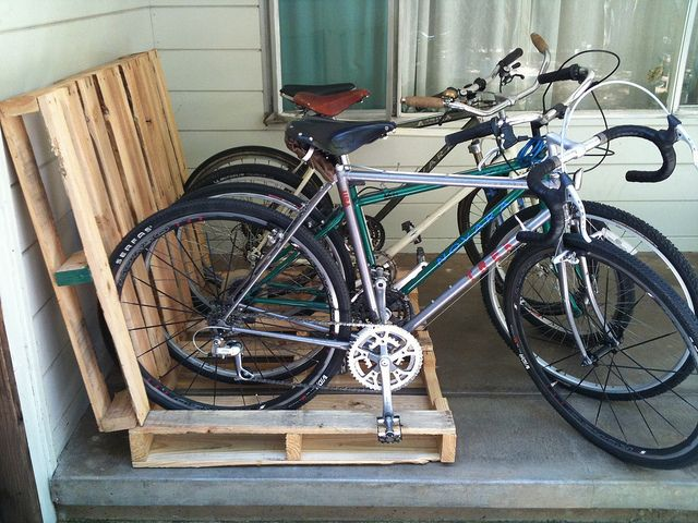I love this inventive and environmental way to rack your bikes by using a pair of wood pallets.