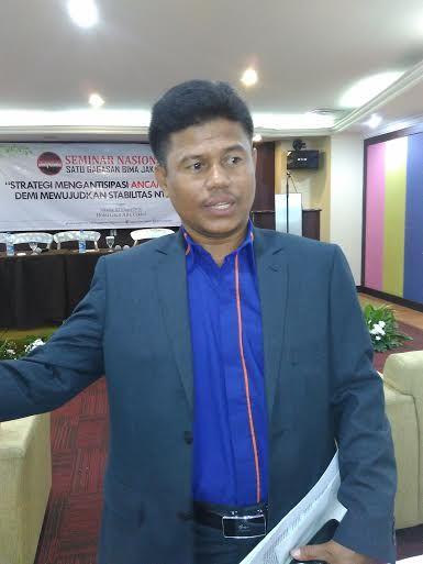 "KIBLAT.NET, Jakarta – Anggota DPRD Kabupaten Bima, EdiMuhlis merasa pesimis soalpenyelesaian kasus narkoba dan terorisme di daerahnya. Pasalnya, berdasarkan pengamatannya selama ini, kedua permasalahan tersebut dinilai sengaja dipelihara oleh kepolisian. Bahkan aparat kepolisian yang seharusnya menjadi penindak hukum diduga kuat telah menjadi kurir narkoba. Hal itu disampaikannya saat menjadi pembicara di acara yang bertajuk ""Ancaman …"