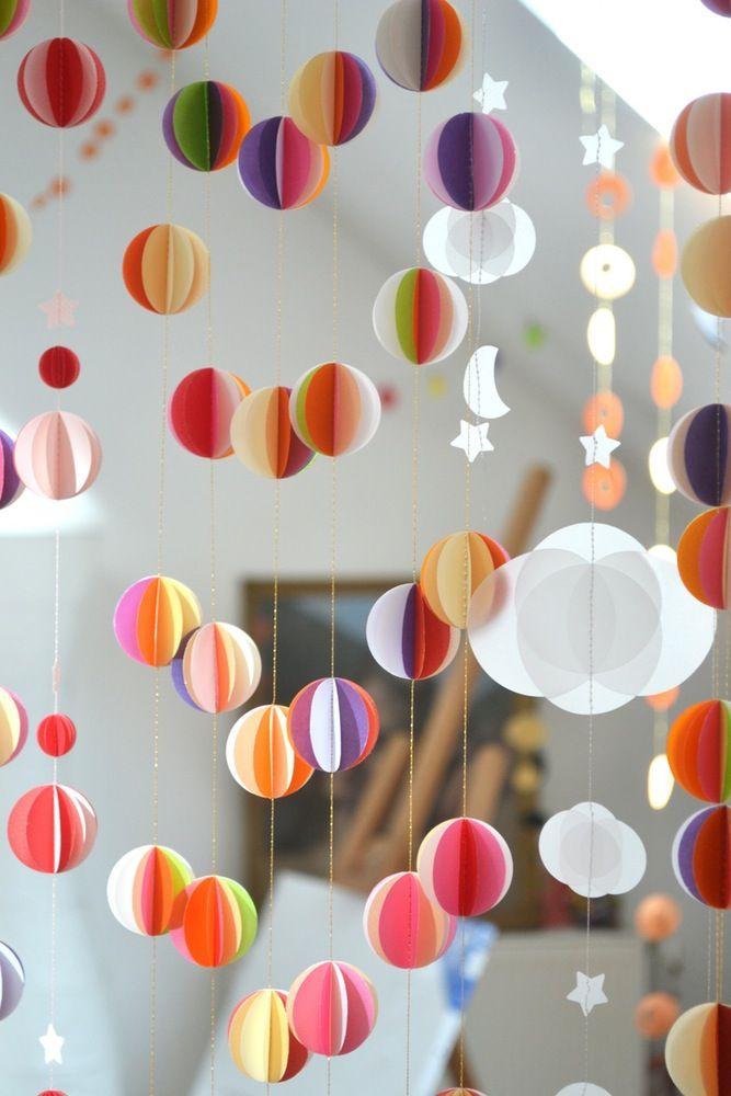 Sechs Kreise oder mehr mit einer Schablone herstellen und wie im Bild zusammenkleben. Zum Schluss eine Girlande daraus machen.