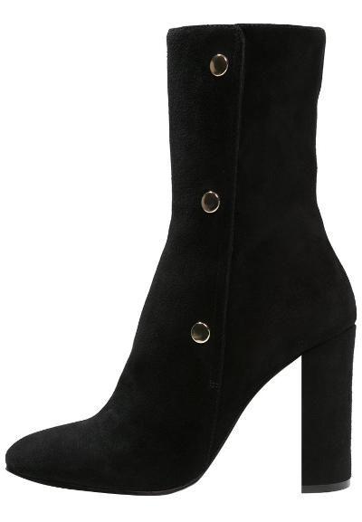 In de (schoenen)kast dit najaar: fluwelen laarzen. Verkrijgbaar via ELLE's Shop!