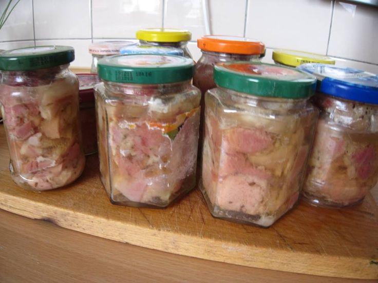 Vepřové ve vlastní šťávě 3 kg bůčku (libovější plecko) i s kůží; 3 lžičky kmínu; 2 lžičky drceného pepře; Praganda sůl - na 1 kg masa 21 g)cca 1 čajová lžička na 1 kg); voda  Maso nakrájíme na kostky 3 - 4 cm , okořeníme , dobře promícháme a plníme do libovolných sklenic. Do každé sklenice nalijeme 1 polévkovou lžíci vody , zavíčkujeme a vaříme 1. den 2 hodiny. Necháme sklenice v zavařovací nádobě a druhý den ještě vaříme 1 hodinu. Poté zchladíme a uložíme na chladném místě.
