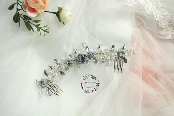 Glamorous and dazzling, with silver flowers that gives your hairstyle a unique look, this comb is made for brides that want an accessory to really be distinct on their wedding day. Made with rhinestones, silver flowers and crystals, as well as white pearls of different sizes.