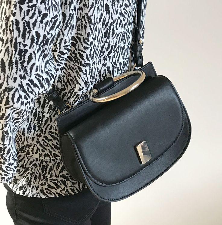 Perfekt zum Outfit in weiss & schwarz. Elegante Tasche mit goldenem Henkel. Auch zum Umhängen.