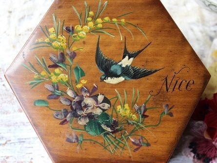 スミレとミモザ、それにツバメが描かれたアンティークのジュエリーボックス、モシュリンヌの小箱です。箱の絵柄もきちんと残っていてツヤもありキレイな状態です。アンティークの雰囲気たっぷりの素敵なジュエリーボックスです。