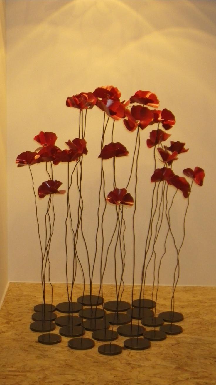 klaprozen of poppy's zijn de bloemen die gebruikt worden om de slachtovers van de oorlog te herdenken. Ik vindt dit toepasselijk voor het boek omdat deze ook over de oorlog gaat.