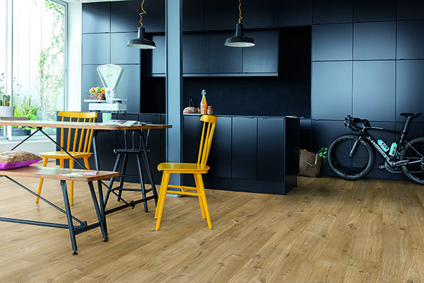Quick-Step Livyn Flooring - Pulse 'Cotton oak natural' (PUCL40104) in a trendy kitchen. To find more kitchen inspiration, visit our website: https://www.quick-step.co.uk/en-gb/room-types/choose-the-perfect-kitchen-flooring #cuisine #keuken
