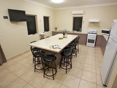Bunkhouse Accommodation BIG4 Noosa Bougainvilla Kitchen/Dining