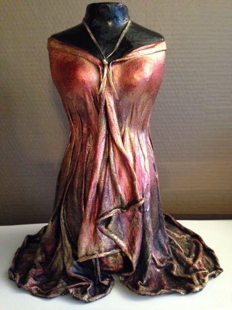 Bienvenue !: Sculpture robe rouge - Powertex