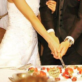 """【lime_shinsaibashi】さんのInstagramをピンしています。 《""""幸せの共同作業"""" ・ ・ ・ こんにちは♪  これは当店の貸切フロアのウエディングパーティで行われるケーキカットのシーンです☆ 2人が夫婦になって初めての共同作業。  いちごたっぷりのケーキに「せーの!!💕」 この後は楽しいファーストバイトp(*^-^*)q  新郎様、大きな口の開けるご準備を♪  当店心斎橋ライムでは貸切フロアにてウエディングパーティの1.5次会、2次会のご予約も承っております♪  直近でもまず1度お問い合わせください◡̈ また、提携先のドレスショップでご予約頂くとお着付けをスタッフが無料でお手伝いします♪ ドレスの運搬も不要☆楽ちん!です!  お問い合わせお待ちしております✩*⋆…"""
