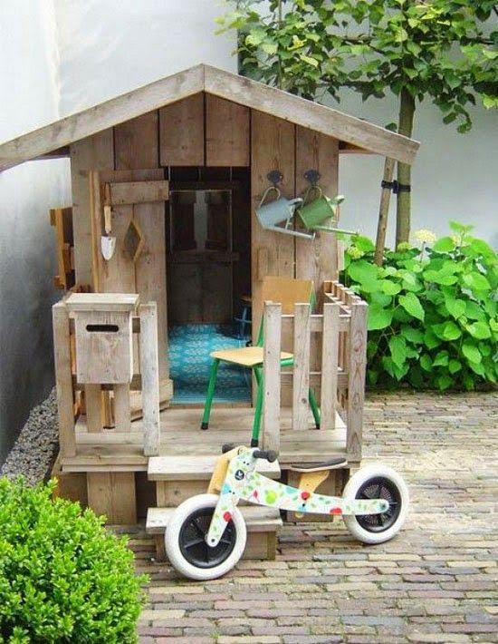 Speelhuisje van oud hout