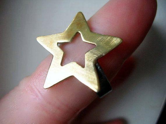 Twinkle twinkle little star, MakeMe look en feel dus fab! Een vallende ster op uw vinger! Een mooi geschenk voor u of uw geliefde. Dit moderne en elegante opvallende ring volledig handgemaakt en is 24k goud verguld en het zal zeker de aandacht trekken. De ster is 1 inch breed.  Komt prachtig cadeau verpakt.