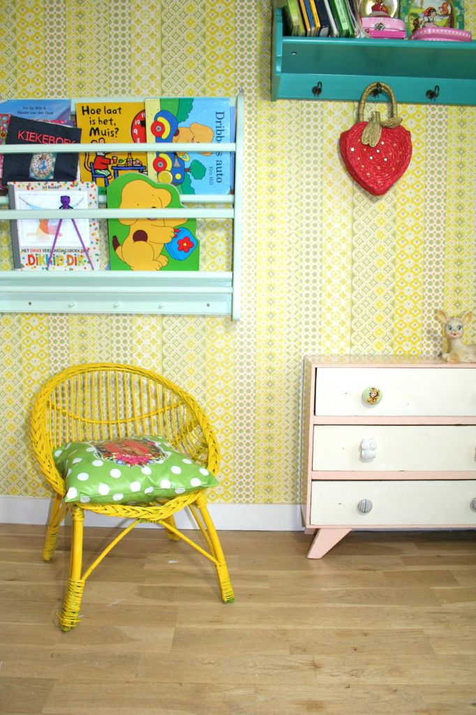 Retro vintage kinderkamer met geel behang en brocante meubeltjes. Wat een goede combi om te onthouden.  Retro vintage kidsroom with yellow wall lapel and vintage furniture. What an awesome combination to keep in mind.