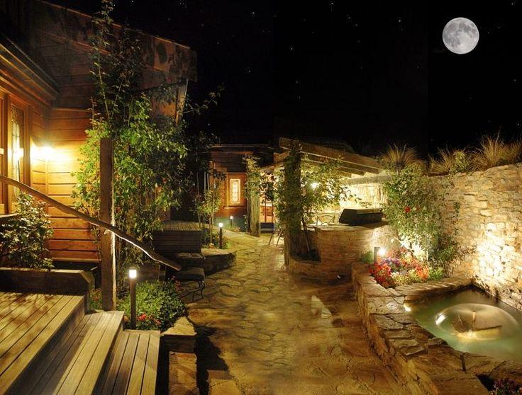 le patio d'une maison de campagne: bornes lumineuses, projecteurs et appliques