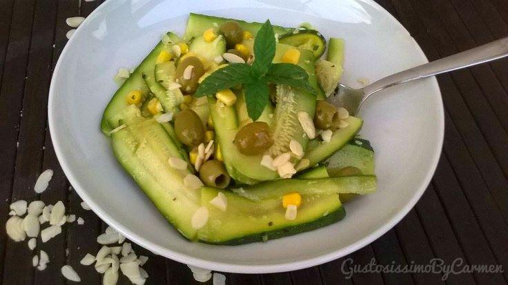 Perchè a qualcuno piace freddo un bel piatto di verdure, sfizioso e gustosissimo da poter gustare comodamente in terrazzo magari. E' proprio il caso di questa deliziosa insalata fredda di zucchine olive e mandorle, particolare e genuina