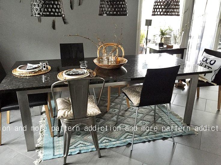 Salle à manger, chaises pêle-mêle, tolix, et suspensions en rotin. table à manger