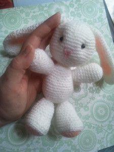 Voici un mignon petit lapin que j'ai fait au crochet. Vous trouverez ci-dessous la traduction des explications que j'ai faite. Matériel - 1 pelote de laine blanche - 1 pelote de laine saumon - 1 peu de laine rose (nez) - 2 perles noires - 1 crochet adapté...
