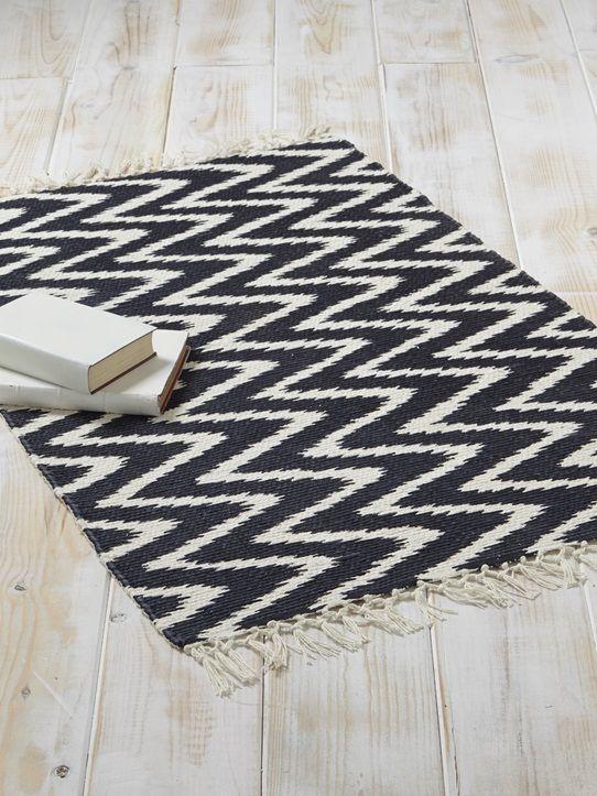 Alternance de rayures ou motifs chevrons, le tapis fait dans l'imprimé graphique pour moderniser et donner du style à votre déco d'intérieur.DétailsDi