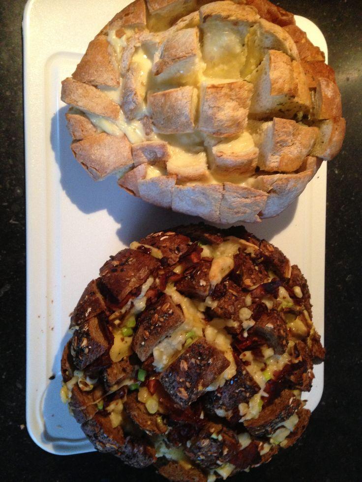 Breekbrood, witte bol voor de helft gevuld met smeerkaas en andere helft met kruidenboter. bruine bol met champignons, tomaat, kaas, bacon en lente ui, gemaakt 28-2-2014
