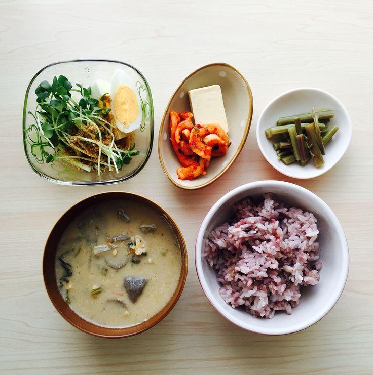 カイワレ キュウリ 卵サラダ 切り干し大根のキムチ チーズ わらび酢の物 粕汁 雑穀米  ごはんと味噌汁の位置が逆だった(T ^ T)