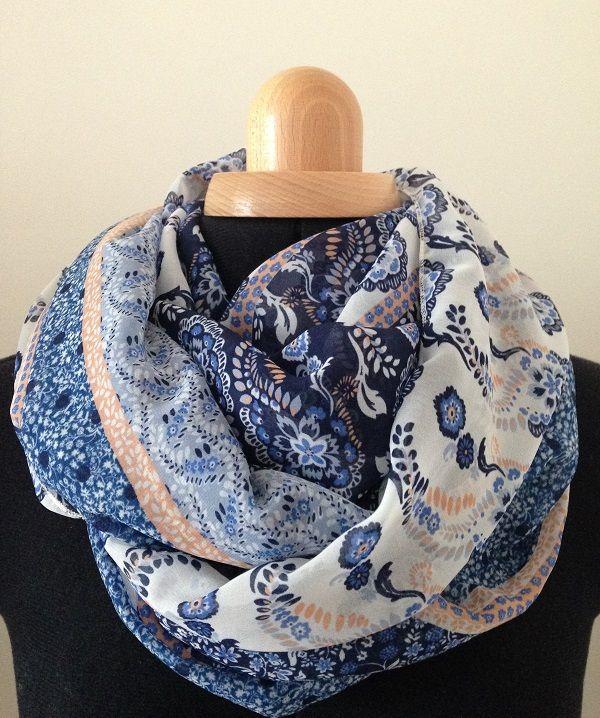 Ava : Foulard bleu, blanc, rose poudré. Motifs : fleurs. Création d'accessoires de mode et de décoration pour l'intérieur. Made in France.