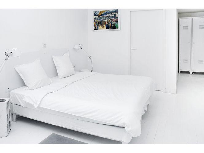 [ Les chambres de l'hôtel Collège sont vêtues de blanc et la décoration rétro est inspirée des collèges des années 50. ]