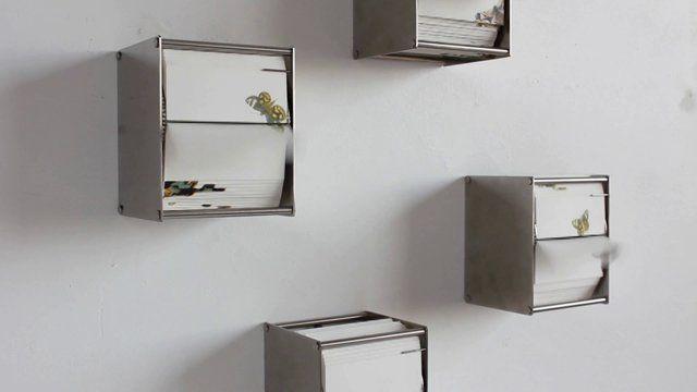Utilizando a linguagem do flipbook e animando-os com um motor, Juan Fontanive criou os dípticos Vivarium A e Vivarium B. Obras com desenhos de encantadoras espécies de borboletas, que voam para direções diversas, se aproximando e se distanciando umas das outras.  Vídeo de Juan Fontanive.