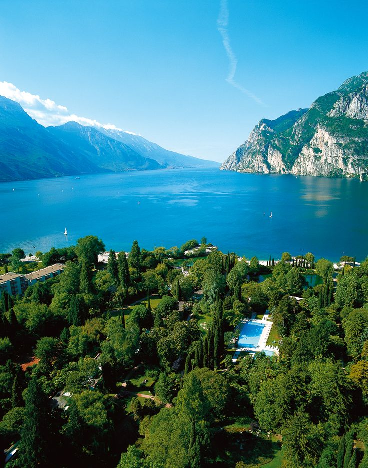 Du Lac et Du Parc Grand Resort has a magnificent natural scenario, deep inside a beautiful and lush natural environment and right on the shores of Lake Garda: it is the ideal place for a holiday. Our