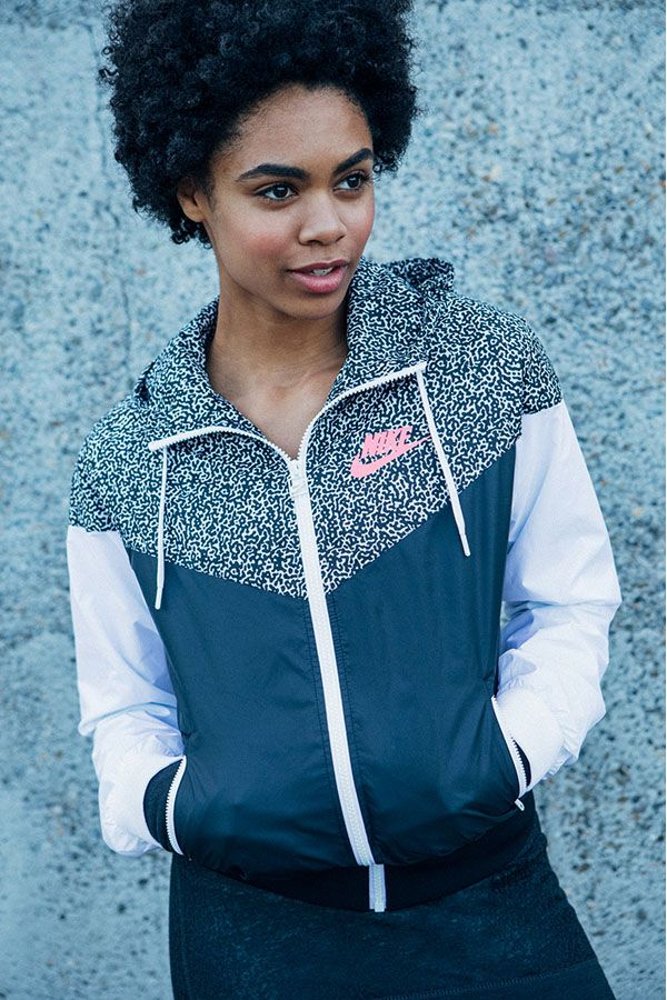 Comfortable has never felt this good. A classic running jacket to keep you looking cool. The Nike Printed Windrunner.
