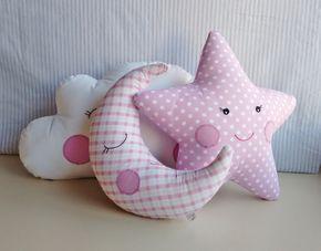Trio de almofadas decorativas, composto por uma almofada nuvem branca, uma lua minguante tecido quadriculado rosa e uma estrela poá rosa, em tecido 100% algodão com carinhas bordadas a mão, enchimento em fibra siliconada, todas as peças possuem zíper para retirar para lavar. MEDIDAS APROXIMADA...